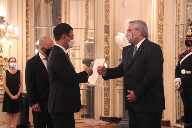 杨国青大使向阿根廷总统递交国书 hinh anh 1