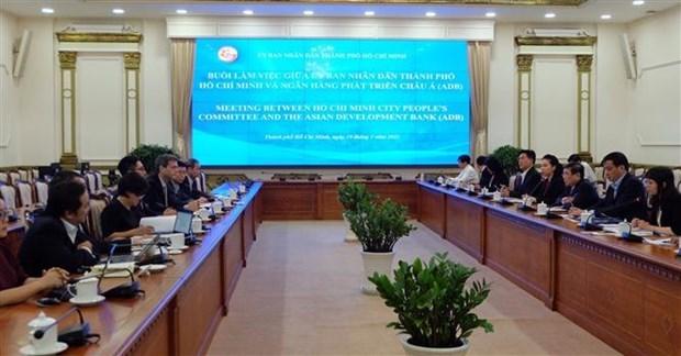 胡志明市人民委员会主席阮成峰会见亚行驻越南首席代表 hinh anh 1
