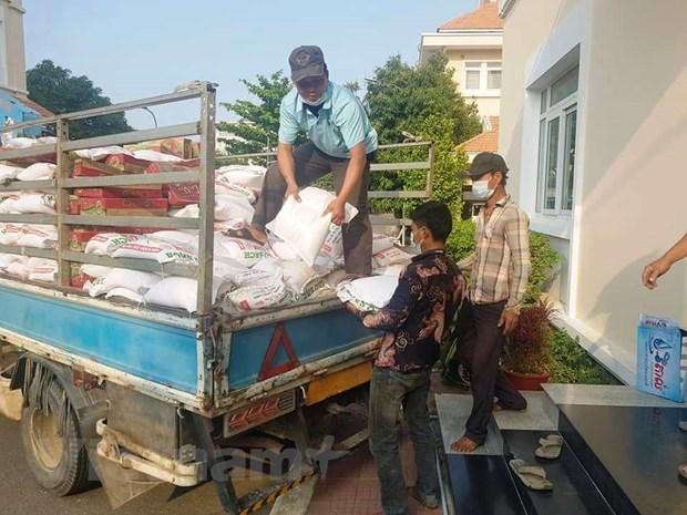 旅居柬埔寨越南人收到数十吨生活必需品的援助 hinh anh 1