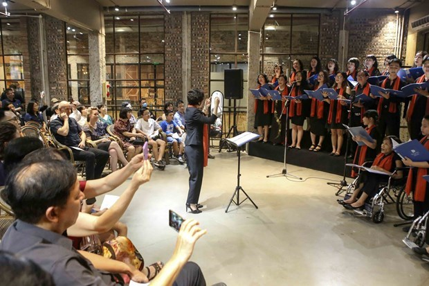"""120名跨国艺术家共同参加""""致力打造宜居的河内""""文艺演出活动的合唱团 hinh anh 2"""
