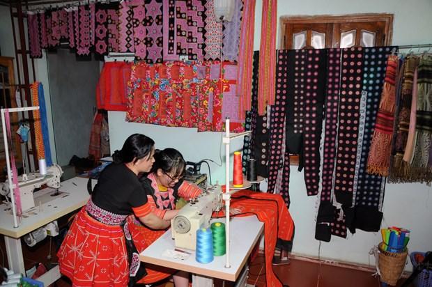 云湖保护赫蒙族服饰缝纫和刺绣行业 hinh anh 1
