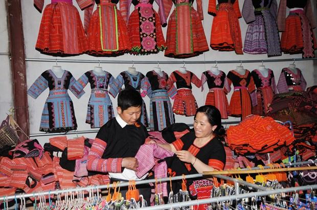 云湖保护赫蒙族服饰缝纫和刺绣行业 hinh anh 2