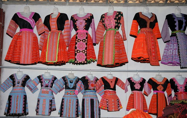 云湖保护赫蒙族服饰缝纫和刺绣行业 hinh anh 3