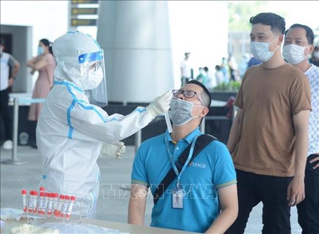 岘港市为在机场工作的2000名工作人员进行核酸检测 hinh anh 1