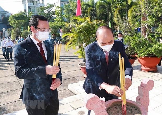 国家主席在胡志明市上香缅怀胡志明主席和英烈们 hinh anh 1