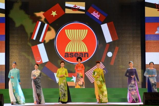 越南服装师在奥黛设计中采用东盟各国国花形象 hinh anh 1