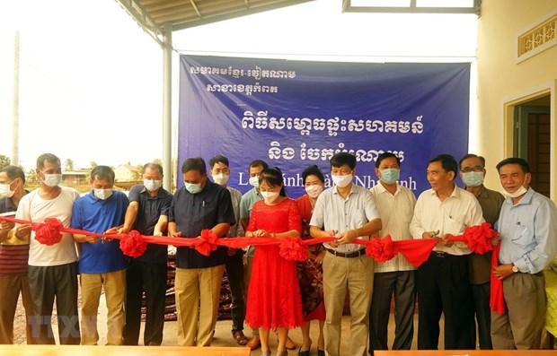 柬埔寨贡布省越裔柬埔寨人公房正式落成 hinh anh 1