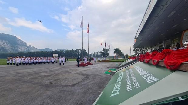 越南举行2021年国际军事比赛参赛国国旗升旗仪式 hinh anh 1