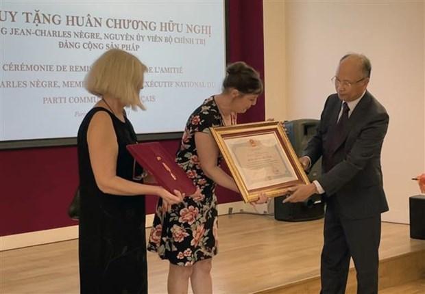 越南为一名法国友人授予友谊勋章 hinh anh 1