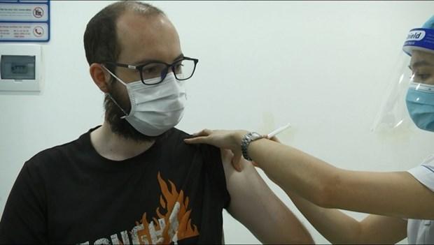 外国公民对在河内市接受疫苗接种和新冠病毒检测感到高兴 hinh anh 1