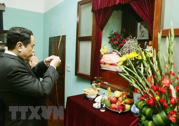越南祖国阵线中央委员会主席敬香缅怀胡志明主席 hinh anh 1