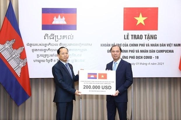 越南政府向柬埔寨移交应对新冠肺炎疫情的援助资金 hinh anh 1