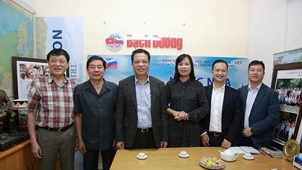 越南外交部副部长邓明魁与越南俄罗斯友好协会举行工作会议 hinh anh 1