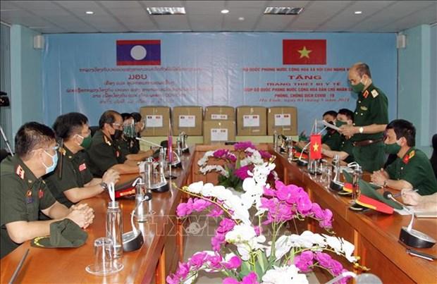 新冠肺炎疫情:老挝接收越南国防部提供的医疗物资 hinh anh 1
