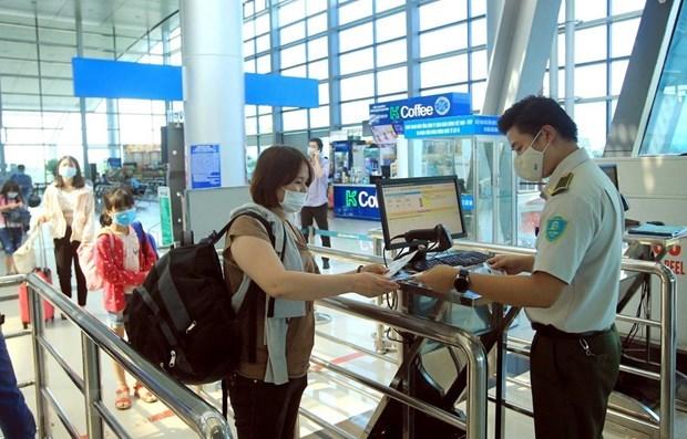 新冠肺炎疫情:越南航空局要求通过扫描QR码进行健康申报 hinh anh 1