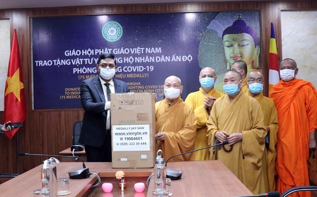 越南佛教协会向印度赠送用于抗击新冠肺炎疫情的医疗物资 hinh anh 1