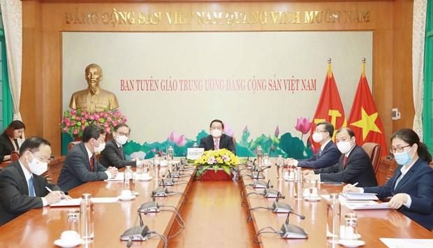 越共中央宣教部与老挝人民革命党中央宣传部加强合作 hinh anh 1