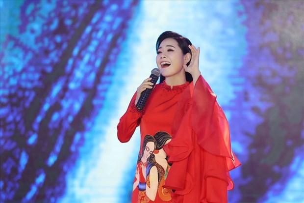越南歌手在军事比赛上表演《岳府第二圣姑》筹文曲 hinh anh 1
