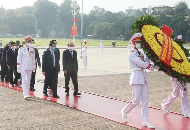 越南国庆76周年:党和国家领导入陵瞻仰胡志明主席遗容 hinh anh 1
