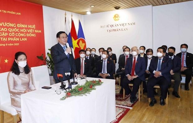 越南国会主席 王廷惠看望越南驻芬兰大使馆工作人员和会见旅芬越南人代表 hinh anh 1
