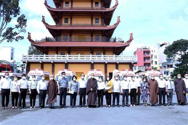 越南佛教协会胡志明市分会捐赠10辆救护车 助力防疫工作 hinh anh 2