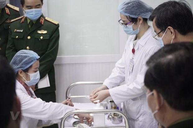 越南开始对三名志愿者注射第二剂剂量25mcg的新冠疫苗 hinh anh 1