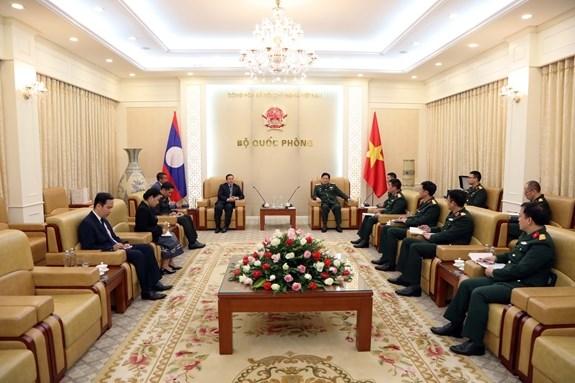越南国防部长吴春历大将会见老挝驻越大使 hinh anh 2