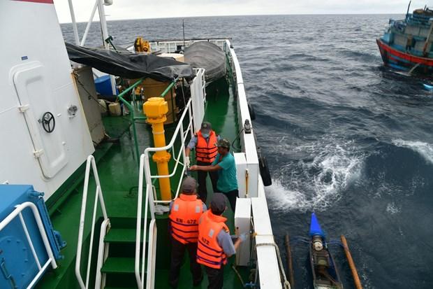成功营救4名在海上漂泊的外籍渔民 hinh anh 1