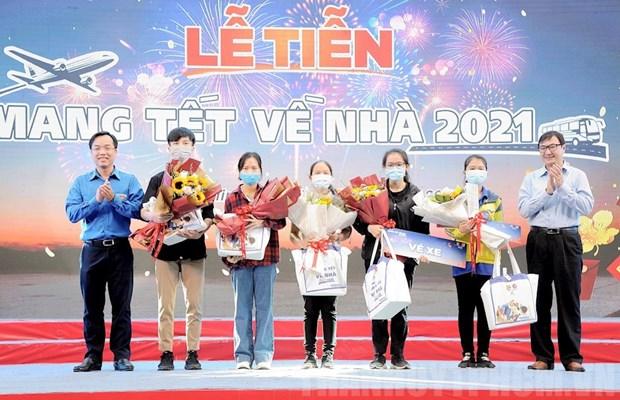 胡志明市为贫困大学生、劳动者举行将春节带回家活动 hinh anh 1