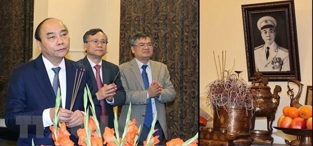 越南政府总理阮春福敬香缅怀已故党和国家领导人 hinh anh 2