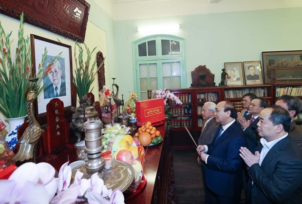 越南政府总理阮春福敬香缅怀已故党和国家领导人 hinh anh 1