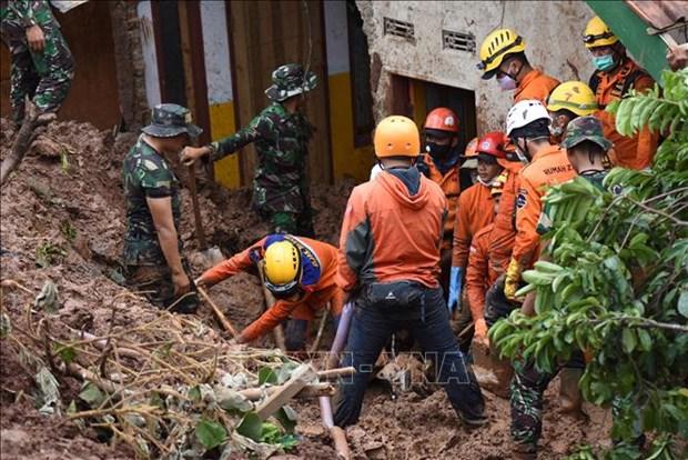 印尼一金矿发生垮塌 致使5人死亡70人失踪 hinh anh 1
