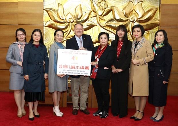 越南—加拿大友好协会举行河内关爱儿童慈善义跑善款支票移交仪式 hinh anh 1