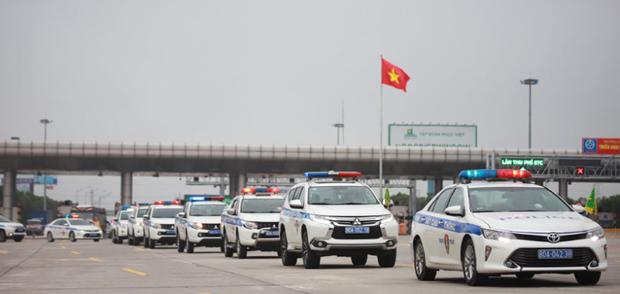 越南全国交警加强巡逻管控确保4·30南方解放日和5·1劳动节假期交通安全通畅 hinh anh 1