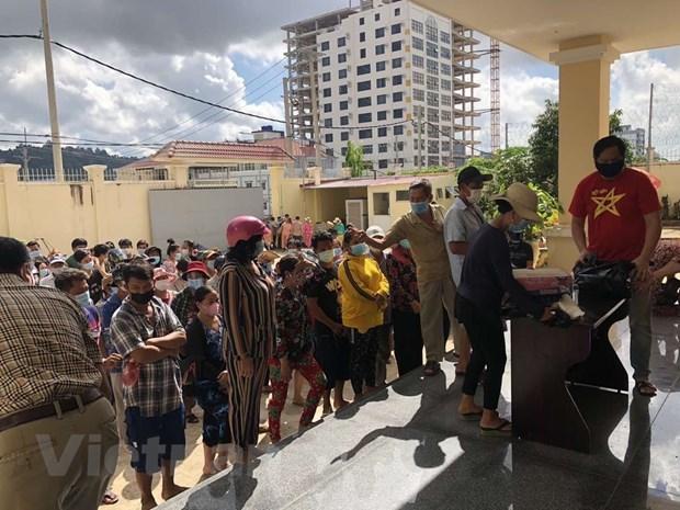 向困难的越裔柬埔寨人家庭发放救济品 hinh anh 1