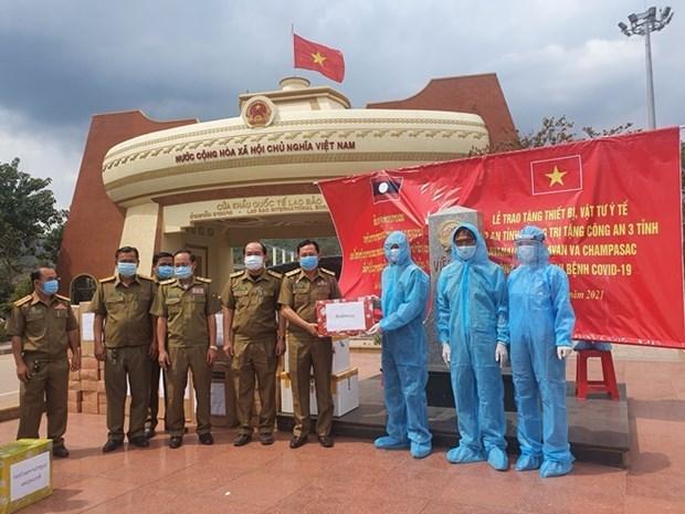 新冠肺炎疫情:广治省向老挝沙湾拿吉和沙拉湾两省三个县捐赠防疫物资 hinh anh 1