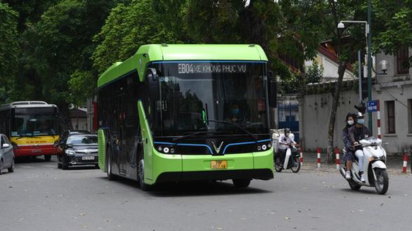 VinBus电动公交车驶上河内街道 hinh anh 1