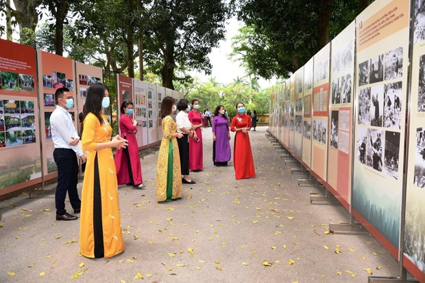 """""""学习和践行胡志明主席思想、道德、作风""""资料和图片展在河内举行 hinh anh 2"""