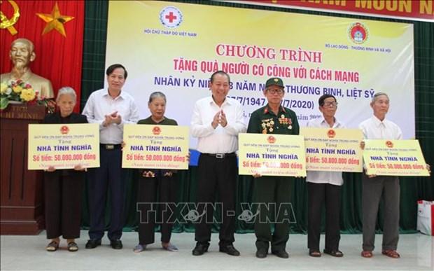 "Nhan Ngay Thuong binh - Liet si 27/7: Pho Thu tuong Thuong truc Truong Hoa Binh du chuong trinh ""Tang qua nguoi co cong voi cach mang"" tai Quang Tri hinh anh 2"