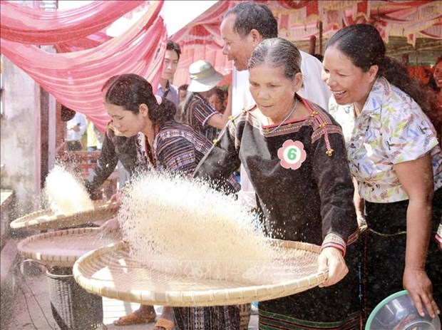 Ong Y Thanh Ha Nie Kdam du Ngay hoi Dai doan ket toan dan toc lien khu dan cu xa Yang Tao hinh anh 2