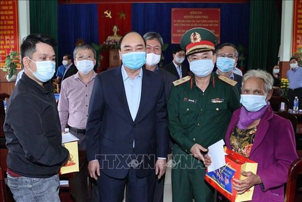 Thu tuong Nguyen Xuan Phuc tang qua Tet gia dinh chinh sach va ho ngheo tai Quang Nam hinh anh 2