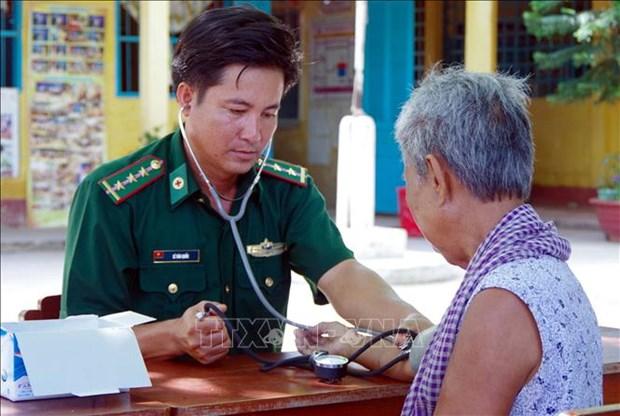 """Bac sy quan ham xanh"" nang long voi dong bao Khmer o Vinh Chau hinh anh 1"