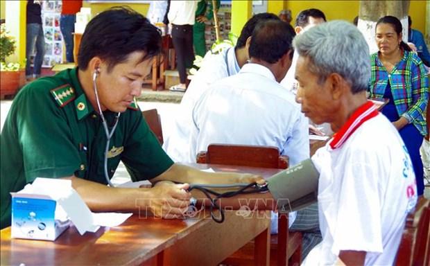 """Bac sy quan ham xanh"" nang long voi dong bao Khmer o Vinh Chau hinh anh 2"