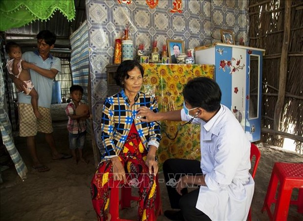Danh Ngoc Chau - Bac si nguoi Khmer het long cham soc suc khoe cho dan ngheo hinh anh 2