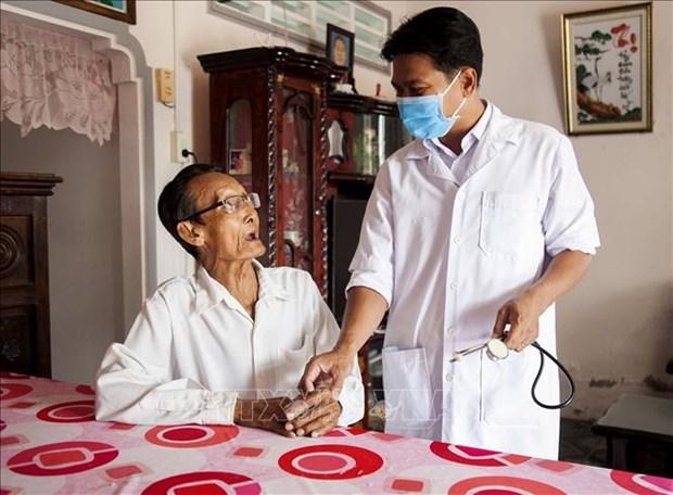 Danh Ngoc Chau - Bac si nguoi Khmer het long cham soc suc khoe cho dan ngheo hinh anh 4