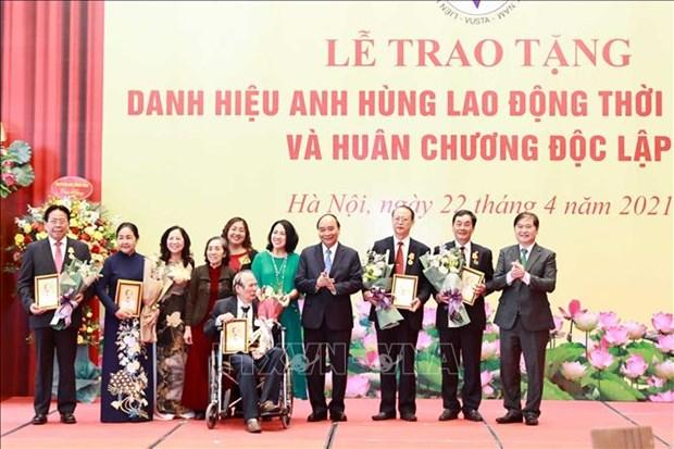 Chu tich nuoc Nguyen Xuan Phuc trao tang danh hieu cao quy cho cac nha khoa hoc xuat sac hinh anh 2