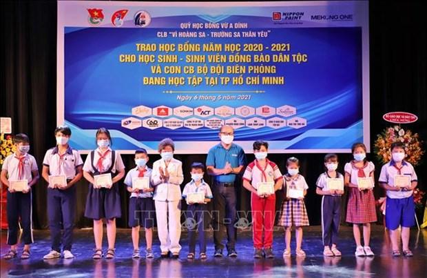 Trao hoc bong cho hoc sinh, sinh vien dan toc thieu so hoc tap o Thanh pho Ho Chi Minh hinh anh 4