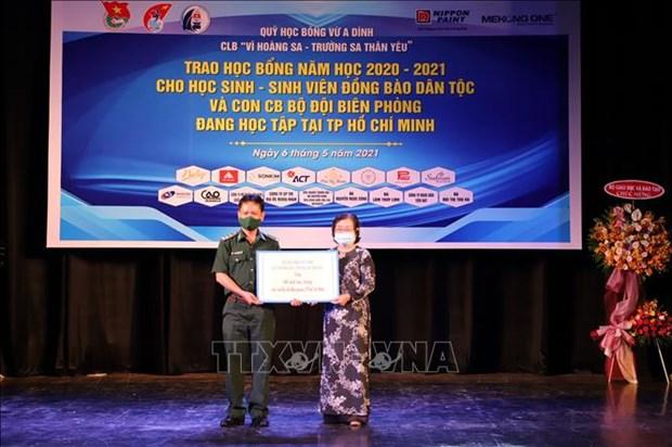 Trao hoc bong cho hoc sinh, sinh vien dan toc thieu so hoc tap o Thanh pho Ho Chi Minh hinh anh 6