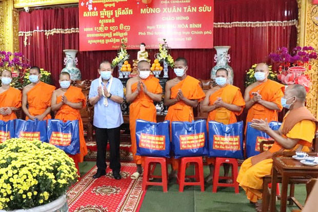 Pho Thu tuong Thuong truc Truong Hoa Binh tham, chuc Tet dong bao Khmer tai thanh pho Ho Chi Minh hinh anh 2