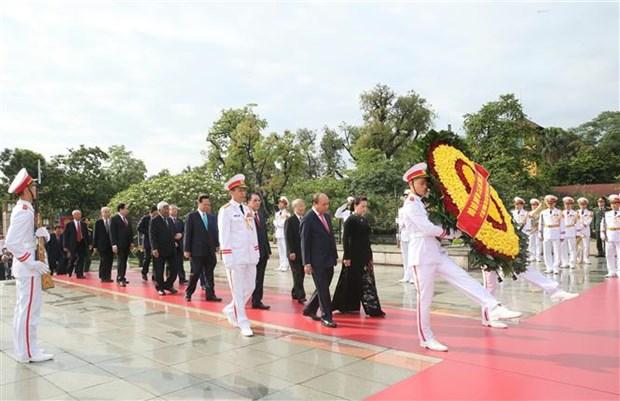 胡志明主席诞辰130周年:党和国家领导拜谒胡志明主席陵 hinh anh 3